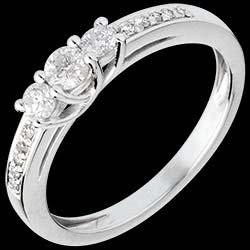 <a href=http://www.edenly.com/bijoux/bague-trilogie-or-blanc-pavee-mm-34-carats,440.html>Bague de Fian�ailles Or Blanc Trilogie pav�e - 0.34 carat <br><span  class='prixf'>860 &#x20AC;</span> (-46%) </a>