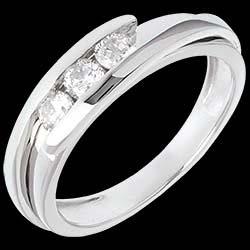 <a href=http://www.edenly.com/bijoux/trilogie-bipolaire-or-blanc-gm-38-carats-diamants,260.html>Trilogie Nid Pr�cieux - Bipolaire - or blanc - 0.38 carat - 3 diamants - 18 carats <br><span  class='prixf'>860 &#x20AC;</span> (-53%) </a>
