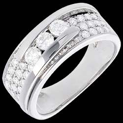 <a href=http://www.edenly.com/bijoux/trilogie-bipolaire-or-blanc-pavee-86-carats-35-dia,104.html>Bague Constellation - Trilogie pav�e variation - 0.86 carat - 35 diamants <br><span  class='prixf'>1590 &#x20AC;</span> (-55%) </a>