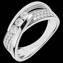 <a href=http://en.edenly.com/jewels/bejewelled-white-gold-funambule-ring,1086.html>Ring Enchantment - Trilogy Funambule white gold paved - 0.62 carat - 45 diamonds <br><span  class='prixf'>� 1099</span> (-51%) </a>
