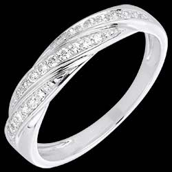 <a href=http://www.edenly.com/bagues-fines/bague-tresse-precieuse-or-blanc-diamants,1545,7.html style=color:#fff;text-decoration:none;>Bague tresse pr�cieuse or blanc et diamants <br><b style=color:#FFE492;>470 &#x20AC;</b> (-20%) </a>