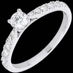 <a href=http://es.edenly.com/joyas/anillo-solitario-cherie-oro-blanco-diamantes,869.html>Anillo Solitario le Ch�rie oro blanco y diamantes <br><span  class='prixf'>1390 &#x20AC;</span> (-35%) </a>