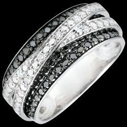 <a href=http://de.edenly.com/schmuck/ring-weissgold-weisse-und-schwarze-diamanten-elenn,2914.html>Ring in Wei�gold mit schwarzen Diamanten D�mmerschein - Schwebender Schatten - 18 Karat <br><span class='prixf'>790 &#x20AC;</span> (-49%)</a>